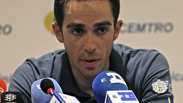 Alberto Contador gibt den Medien Auskunft über seine Verletzung.