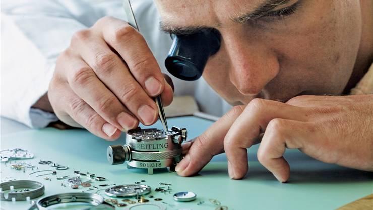 Uhrmacher bei der Breitling. Die mechanischen Uhrwerke werden in La Chaux-de-Fonds gefertigt.
