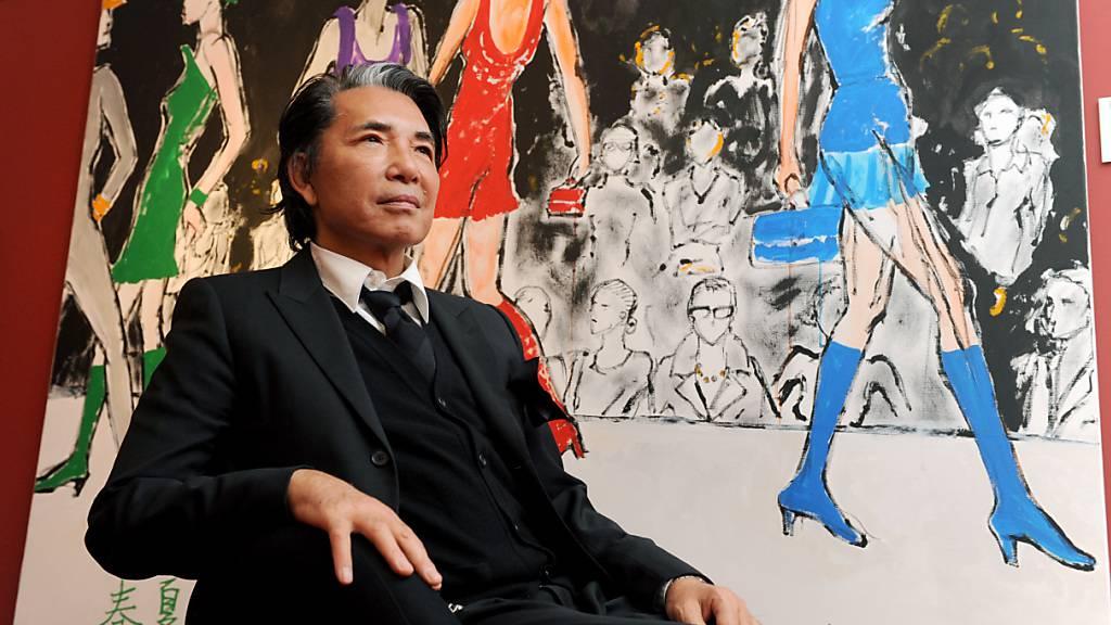 ARCHIV - Der japanische Modeschöpfer Kenzo Takada in München im Jahr 2008. Takada starb in Paris an den Folgen einer Covid-19-Erkrankung. Foto: Tobias Hase/dpa