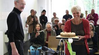 Applaus und Kuchen von Regula Laux für das Geburtstagskind Christian Haller.