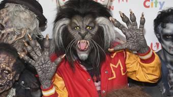 """Sonst ist Heidi Klum sehr auf ein ansprechendes Äusseres bedacht, doch an Halloween ist sich die Deutsche für nichts zu schade. In diesem Jahr verkleidete sich die 44-Jährige als Werwolf aus Michael Jacksons Musikvideo """"Thriller""""."""
