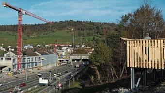 Voraussichtlich Anfang nächstes Jahr werden Informationstafeln die Plattform ergänzen. Im Hintergrund am Waldrand ist das neu gebaute Wasserreservoir Gubrist zu erkennen.