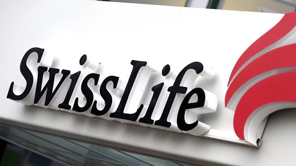 Der Versicherer Swiss Life hat in den ersten neun Monaten deutlich weniger Prämien eingenommen. (Archivbild)