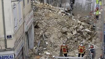 Kaum noch Hoffnung auf Überlebende: Nach dem Häusereinsturz in Marseille reissen Bauarbeiter vor weiteren Bergungsarbeiten zwei ebenfalls einsturzgefährdete Häuser ab. (Archivbild)