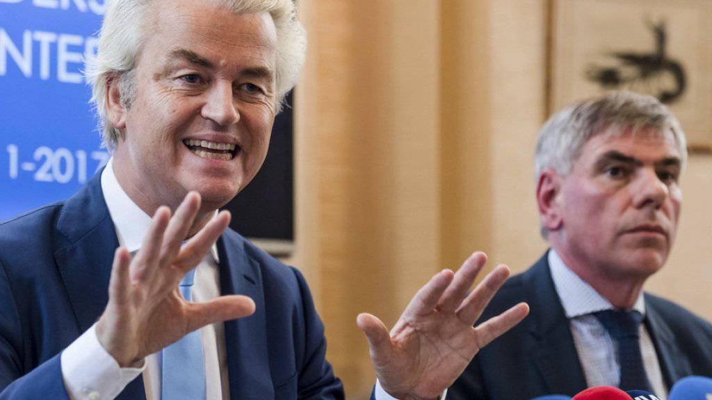 Keine «Islam-Safari» im belgischen Molenbeek: Der niederländische Rechtspopulist Geert Wilders (links) sagte den zusammen mit dem belgischen Politiker Filip Dewinter geplanten Anlass ab. Die Behörden hatten allerdings das Vorhaben zuvor bereits verboten.