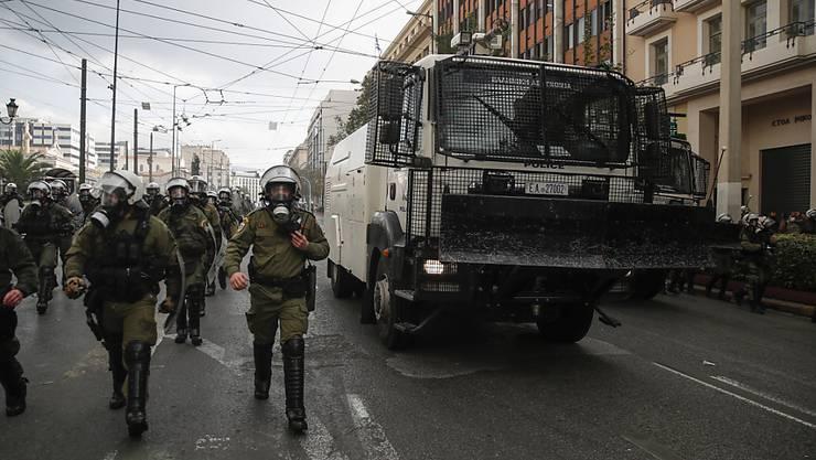 Tausende Polizeibeamte sind in Athen und der nordgriechischen Stadt Thessaloniki im Einsatz, um Versammlungen zu verhindern. Foto: Thanassis Stavrakis/AP/dpa