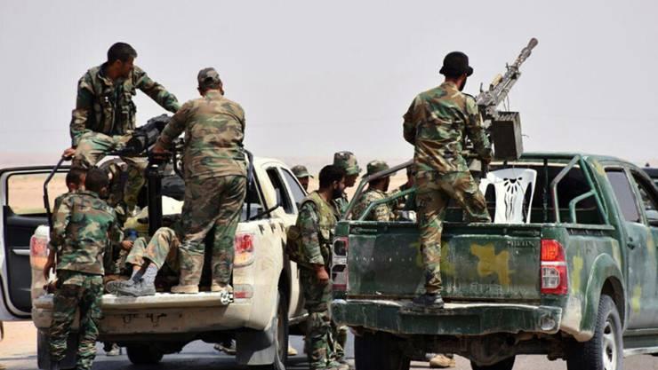 Syrische Regierungstruppen beim Vormarsch auf die Stadt Dair as-Saur.