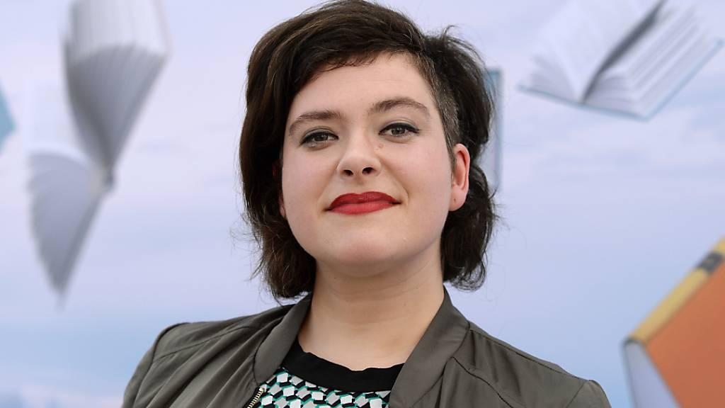 Die schweizerisch-deutsche Lyrikerin Nora Gomringer wird für ihre Verdienste um die deutsche Sprache in Mainz mit der Carl-Zuckmeyer-Medaille geehrt. (Archivbild)
