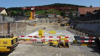 Die Baustelle in Weiningen wurde mit hohen Lärmschutzwänden umgeben. Jeweils um 17 Uhr müssen die Arbeiten eingestellt werden.