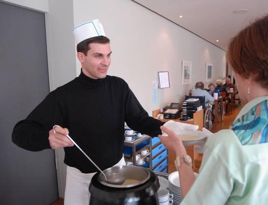19. März 2007, Baden: Grossrat Thierry Burkart schöpft Suppe am Schnuppertag im Alterszentrum Kehl.