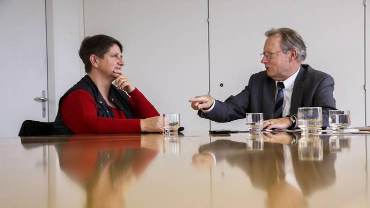Sie sind sich nicht einig: Erika Pfeiffer und Kuno Tschumi. Sie ist Präsidentin von Lommiswil und des Netzwerks der kleinen und mittleren Gemeinden, er ist Präsident von Derendingen und des Solothurner Einwohnergemeindeverbands.