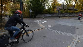 Die schnellen E-Bikes führen auf Velorouten oft zu heiklen Situationen, wie hier in Binningen.