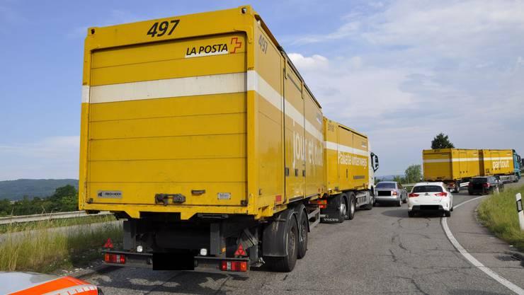 Zwei Lastwagen der Post und ein grauer Audi kollidierten in der Ausfahrt.
