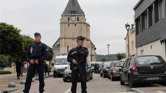 Ein Polizist hält vor der Kirche in Saint-Étienne-du-Rouvray Wache. Francois Mori/AP/Keystone
