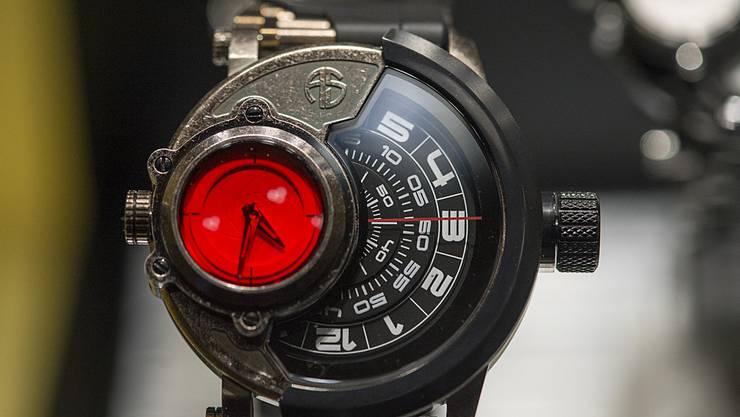 Eine der Schwarzenegger-Uhren ist an der Baselworld ausgestellt. Mit dieser am Handgelenk macht der Spruch «Talk to the hand» gleich noch mehr Eindruck.