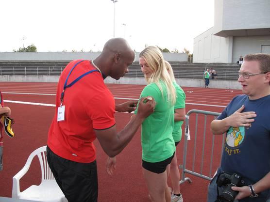 Die ehemalige Mehrkampf-Schweizermeisterin Claudine Müller liess sich die Chance auf ein Autogramm von Asafa Powell nicht entgehen