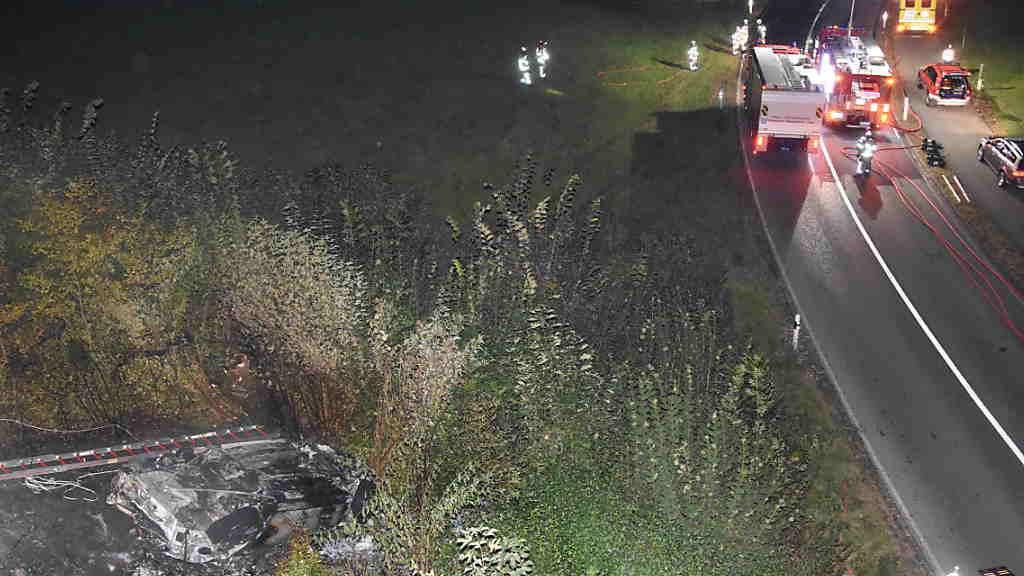 Fünf junge Personen sind am frühen Samstagmorgen bei einem Verkehrsunfall in Rapperswil-Jona SG verletzt worden. Das Auto geriet in Vollbrand.