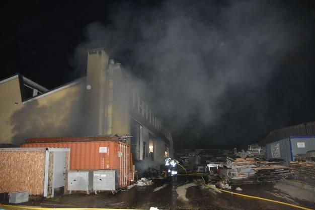 Büsserach SO, 21.Januar: Im Untergeschoss eines Industriegebäudes kam es aus noch zu klärenden Gründen zu einem Brand. Der Schaden dürfte mehrere 10'000 Franken betragen.