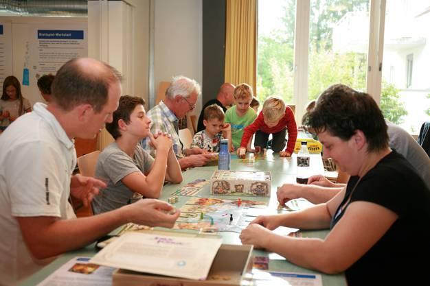 """Jung und Alt liessen sich am """"le SPIEL'18"""" von den neuen Brett- und Kartenspielen begeistern."""