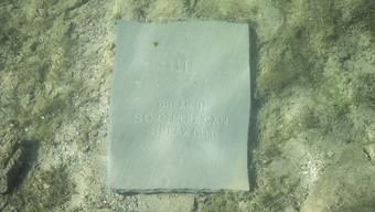 Für die St. Galler Künstler ist es eine Installation, für die Zürcher Behörden eine Gewässerverschmutzung: Eines der neuen zehn Gebote, die im Zürcher Schanzengraben versenkt wurden. (Archivbild)