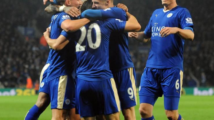 Leicesters Spieler feiern ihren Torschützen Shinji Okazaki