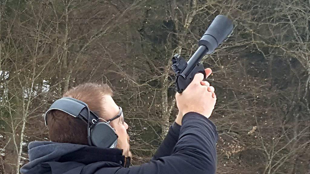 Drohnen-Fänger aus Chur: Die neue Spezialpistole verschiesst ein feines Netz und holt damit unerwünschte Drohnen vom Himmel.