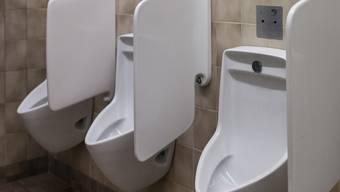 Auf der Toilette kommt es zur Prügelei