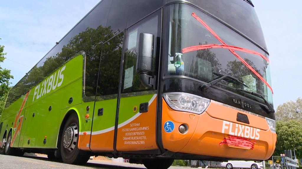 Flixbus mit Rissen in Frontscheibe gestoppt
