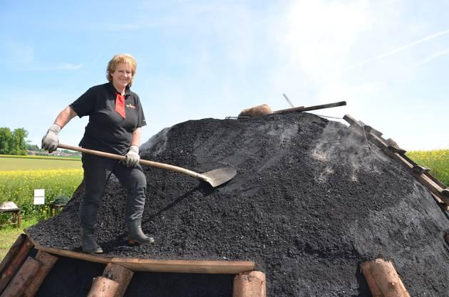 Doris Wicki (59) ist die einzige Köhlerin der Schweiz. Zurzeit betreut sie den Kohlenmeiler beim Schützenhaus in Scherz.