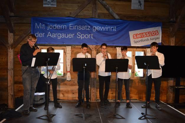 Die Musikschüler von Peter Roschi sorgen für musikalische Unterhaltung.