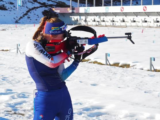 Mit ihrem rotblauen Gewehr nimmt Seraina König die Zielscheiben ins Visier.