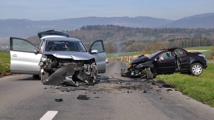 Bei einer Frontalkollision in Schnottwil sind zwei Personen verletzt worden, eine davon schwer.