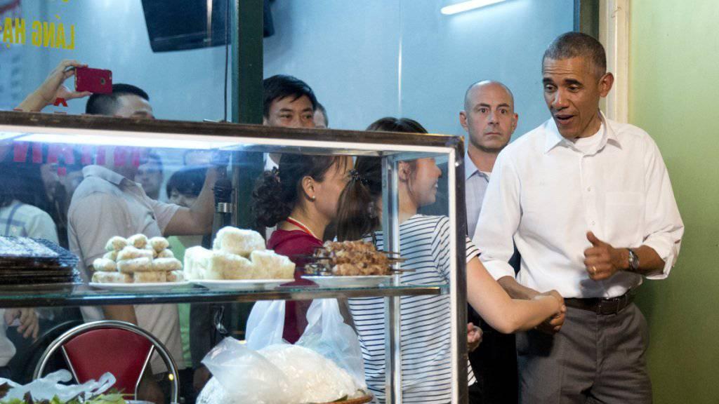 US-Präsident Barack Obama beim Verlassen des Restaurants Bun Cha Huong Lien in Hanoi im vergangenen Mai. Für die Patronne der Garküche war diese Werbung Gold wert. (Archivbild)