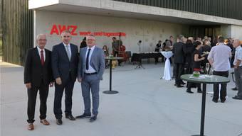 Feiern die Eröffnung des Neubaus: Roger Cavegn (Geschäftsführer AWZ, l.), Alex Hürzeler (Departementschef) und Marco Canonica (Präsident Stiftungsrat).
