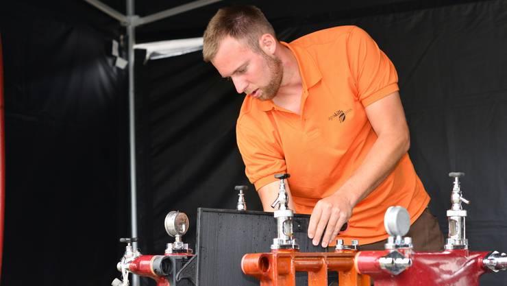 Christian Steimer bestückt einen Plattenfilter mit mehreren Filterschichten.