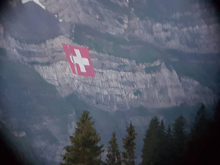 Die Säntis-Fahne inklusive Schranz am Morgen des 2. August. (Bild: Leserreporter)