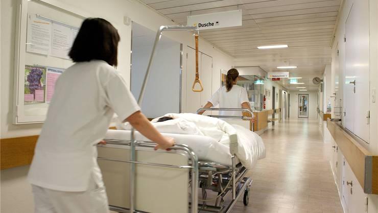 In den letzten Jahren treten vermehrt junge Leute eine Ausbildung in einem Gesundheitsberuf an.az/archiv