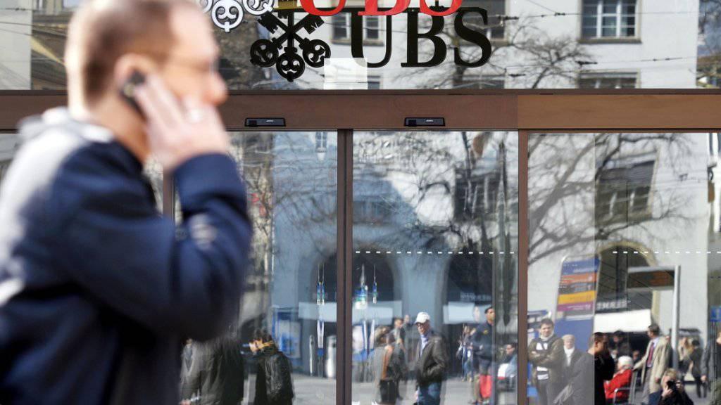 Die UBS weitet den Kreis der Kunden aus, die für ihr Geld Strafe zahlen müssen. (Archiv)