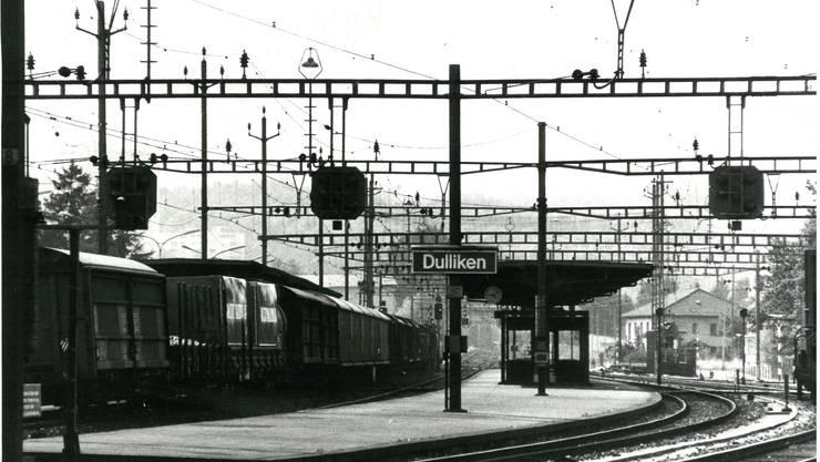 Der Bahnhof Dulliken im Jahr 1983 mit Blick in Fahrtrichtung Olten …