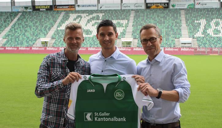 Moreno Costanzo (Mitte) mit Sportchef Alain Sutter (links) und Präsident Matthias Hüppi.