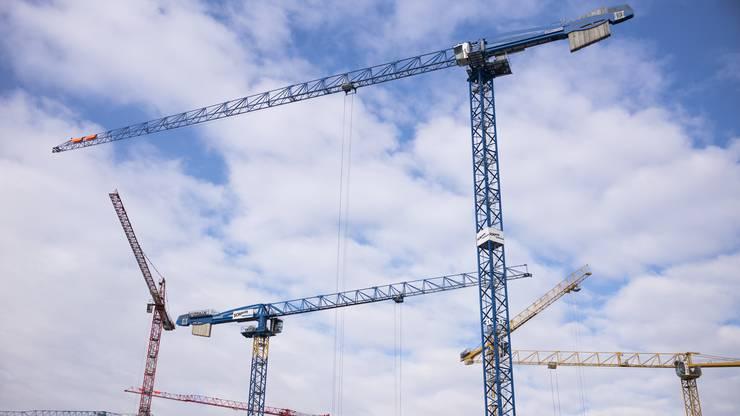 Mittels Gestaltungsplänen habe die Stadt die Möglichkeit, für eine gute Durchmischung sowie attraktive Grundrisse zu sorgen. Weiter stehe die Abteilung Finanzen mit den Baurechtsnehmern der Stadt in Verbindung, um je nach Vertrag günstige Konditionen für die Mieter zu ermöglichen, so Kunz. Zudem prüfe der Stadtrat, im Rahmen des Mehrwertausgleichs günstigen Wohnraum zu fördern