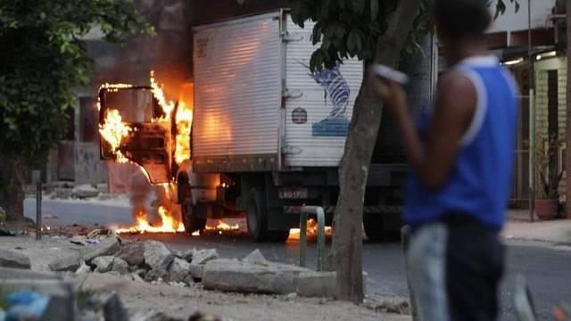 Ein brennendes Fahrzeug in Rio de Janeiro