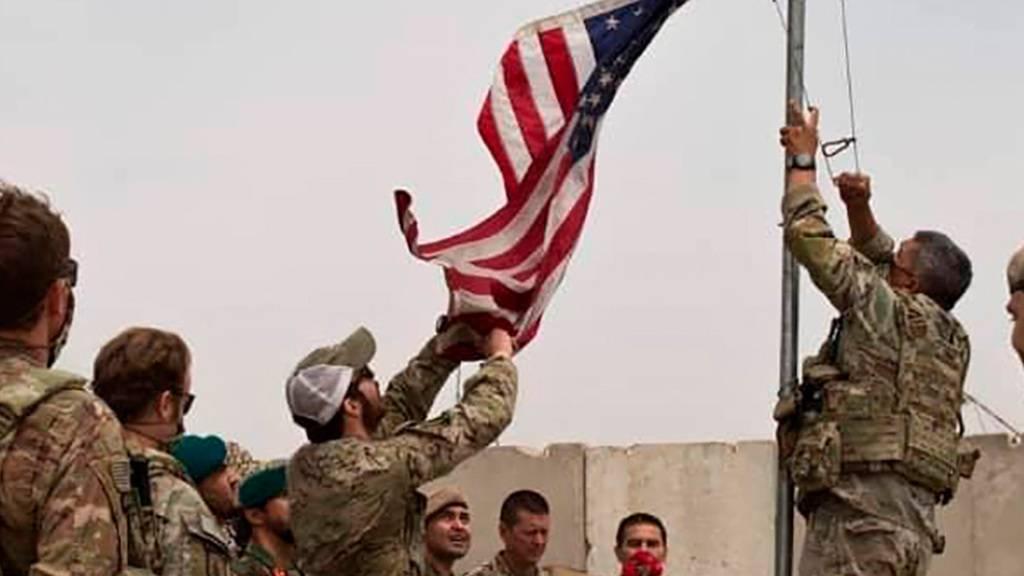 ARCHIV - Bei einer Übergabezeremonie wird eine US-Flagge vom Mast heruntergelassen. Nach fast 20 Jahren Einsatz beginnt der offizielle Abzug der internationalen Truppen aus Afghanistan. Währenddessen machen die Taliban weitere militärische Fortschritte. Foto: -/Defense Press Office/AP/dpa
