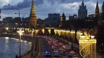 Autos stehen in einem Stau am Ufer der Moskwa neben dem Moskauer Kreml. Foto: Pavel Golovkin/AP/dpa