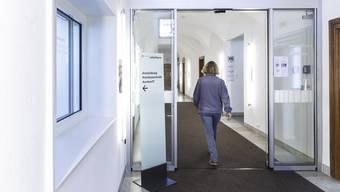 Aus Sicherheitsgründen befindet sich beim Haupteingang des Rathauses neu eine Zugangsschleuse.