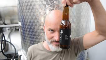 Der Braumeister und seine Kreation: Claude Degen und das «Sputnik»-Bier.