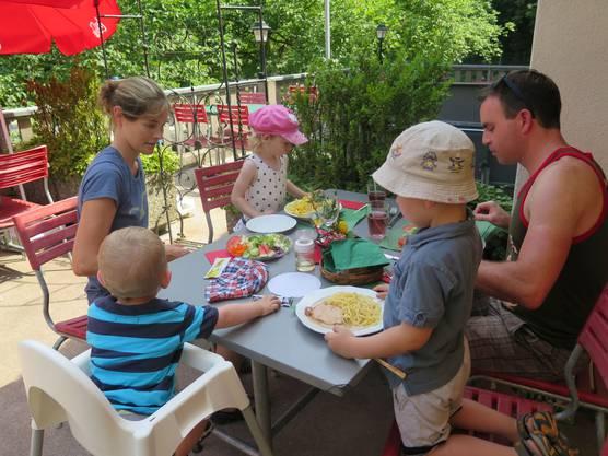 Selina, Linus, Julian und ihre Eltern beim Essen
