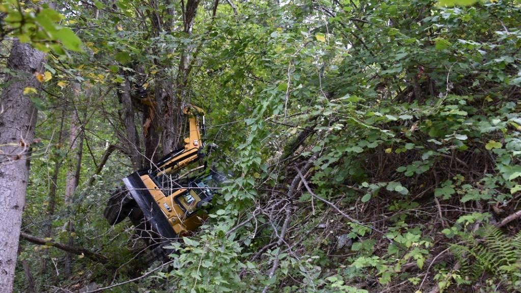 Ein 22-jähriger Mann wurde am Montagmorgen verletzt, als sein Bagger einen steilen Abhang hinunterstürzte.