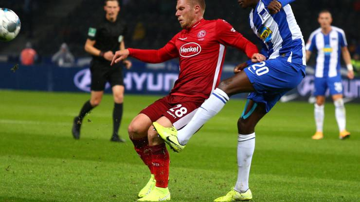 Düsseldorfs Torschütze Rouwen Hennings (links) gegen Herthas Dedryck Boyata
