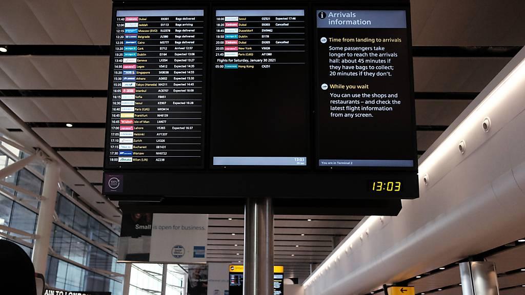 ARCHIV - Ein Blick auf eine Informationstafel im Heathrow Terminal 2 für internationale Ankünfte. Zukünftig sollen die Anreisenden aus Corona-Hochrisikogebieten ein separates Terminal zugeordnet bekommen. Foto: Yui Mok/PA Wire/dpa